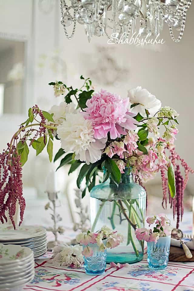 wildflower table arrangement