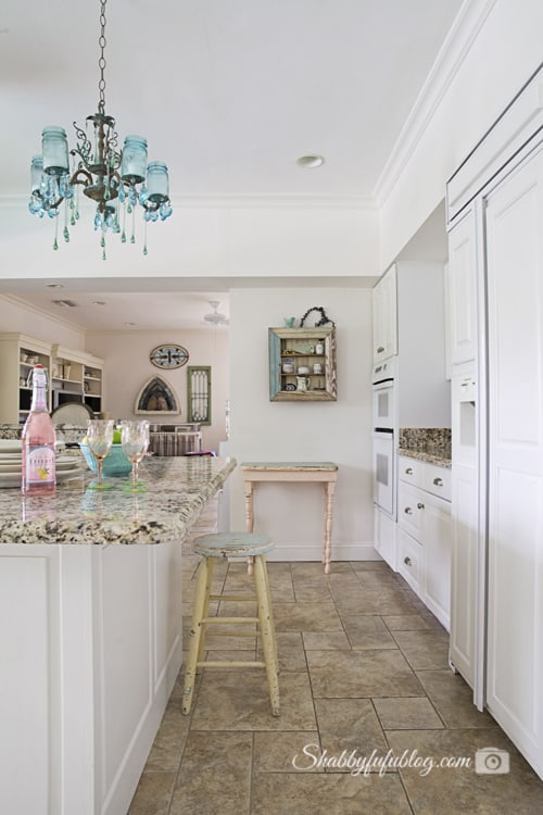 white coastal kitchen design