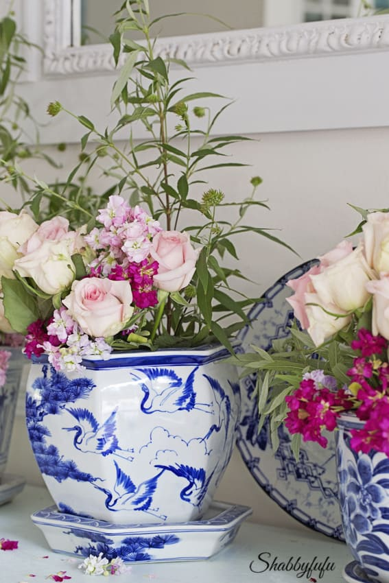 chinoiserie vase blue and white with flowers