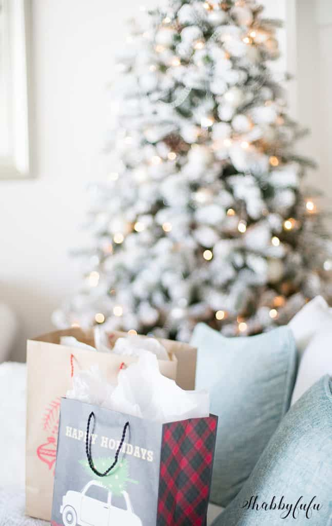 beautiful-christmas-tree-presents-bokeh