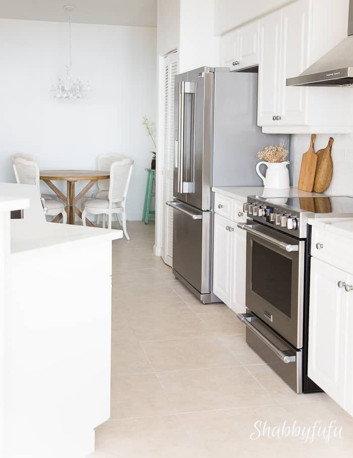 beach-home-white-kitchen