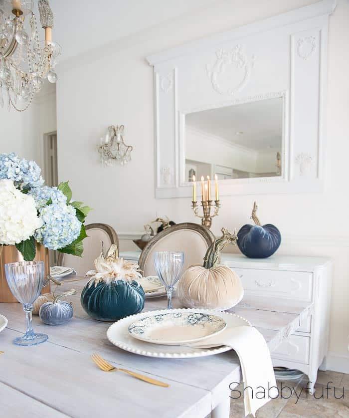 table-setting-fall-blue-velvet-pumpkins
