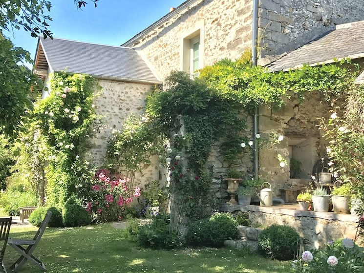 French farmhouse decor beautiful summer garden
