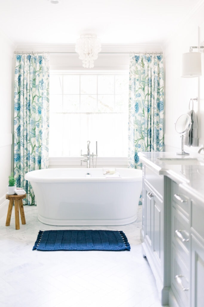 relaxed California cottage home master bathroom