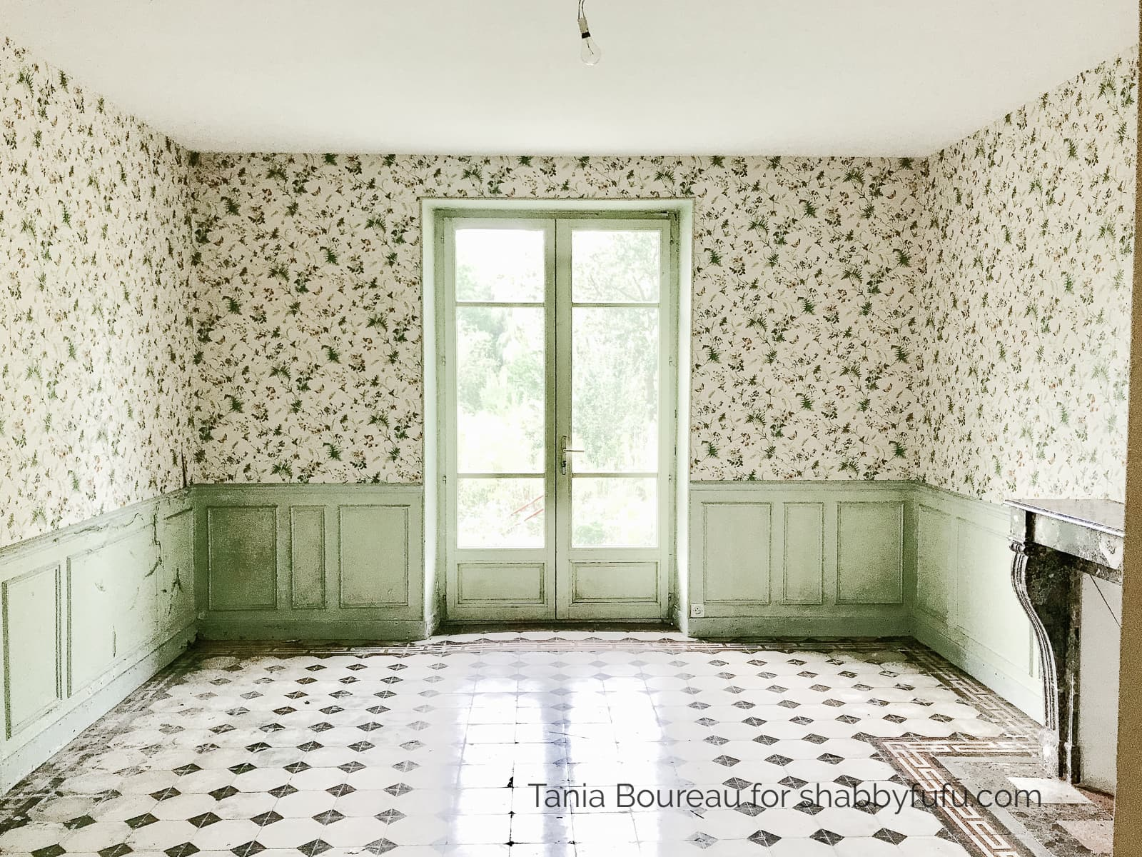 French country house tour old wallpaper