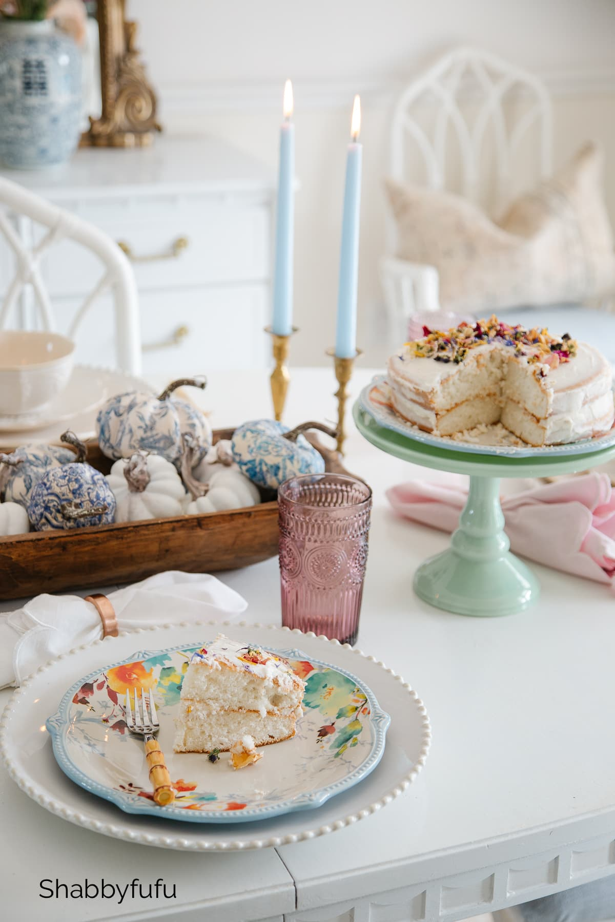cake with edible flowers fall table setting shabbyfufu